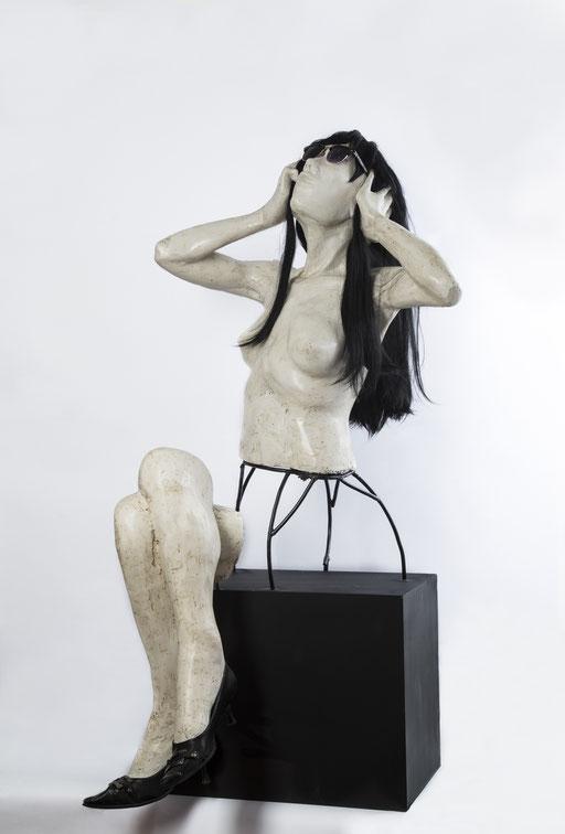 VESTETIQUE. 2014. 68 x 68 x 135 cm. Yeso - poliuretano - acero