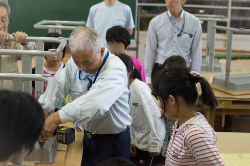 そしていよいよ組み付け作業。まずは工場長が子ども達へ作業指導を行います。