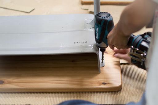 子どもは慣れない道具を使って天板を組み付けます。