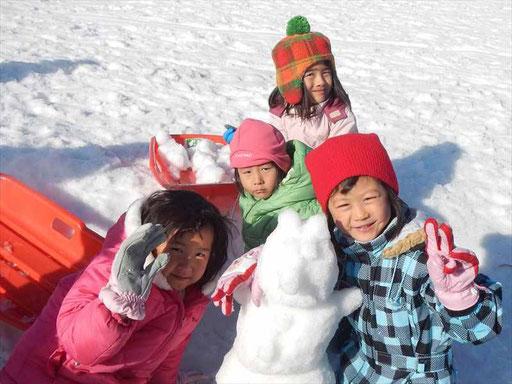 全園児が参加する冬のお泊りキャンプでは、雪を求めて県外まで出かけます!