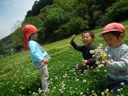 春のお花いっぱいの広場で、毎日遊び、五感や感性が研ぎ澄まされていきます。