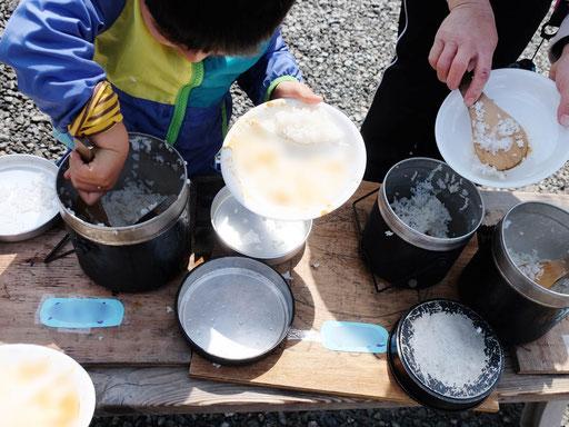 卒園式では、自分で炊いた真っ白ご飯を、お父さん、お母さんにふるまいます。