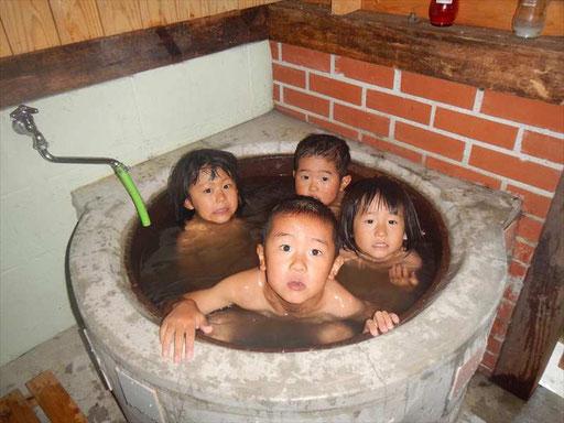 五右衛門風呂もあるよ!田んぼ遊びの後や、お泊りキャンプでは、自分たちで沸かします。