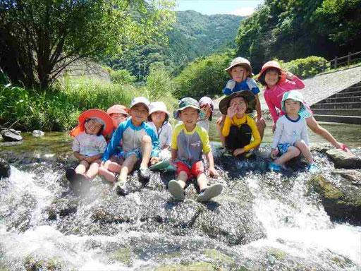 暑い夏は近くの川で川遊び!