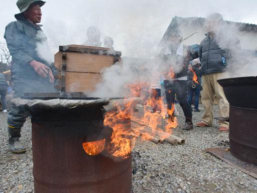 野外炊事、五右衛門風呂、たき火、焼き芋、餅つき。子どもたちは、日常の活動の中で「火」に触れます。火の便利さ、ありがたさ、危険も身体で理解します。