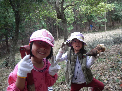 春はタケノコ掘り。周囲を田畑、森に囲まれているので、日常的に四季を感じ、自然体験ができるのが最大の特長です。