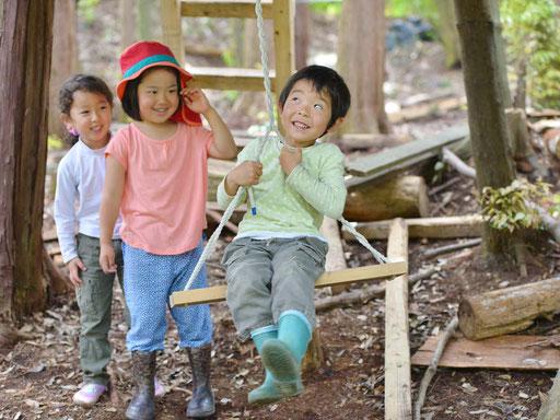柵に囲まれた園庭はありません。自然が教室そのものです。毎日自然体験ができる森の中のようちえんです。