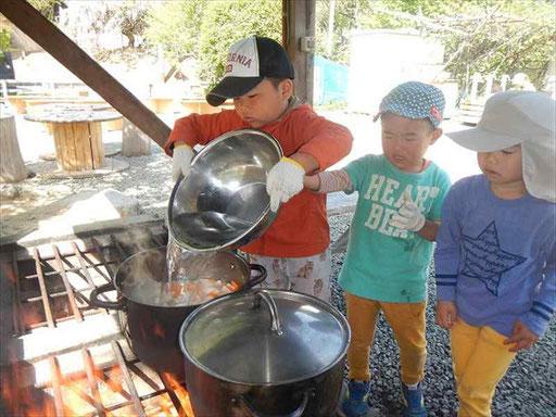 薪を割って、火をおこして、週に一度は野外炊事!収穫した野菜を使います。