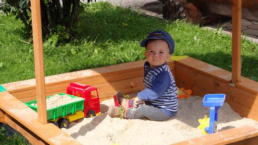 im Sandkasten spielen alle Kinder gerne