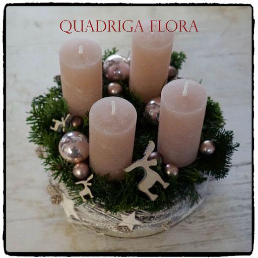Runder Kranz im Advent mit rosa Kerzen