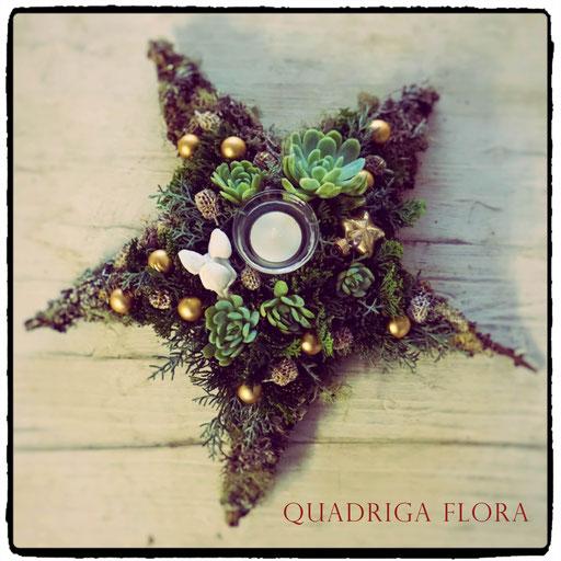 Sternförmiger Kranz mit Weihnächtlichem Schmuck vom Blumengeschäft Quadriga Flora