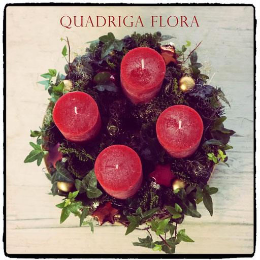 Runder Adventskranz mit roten Kerzen handgemacht von dem Blumengeschäft Quadriga Flora in Meggen Luzern.