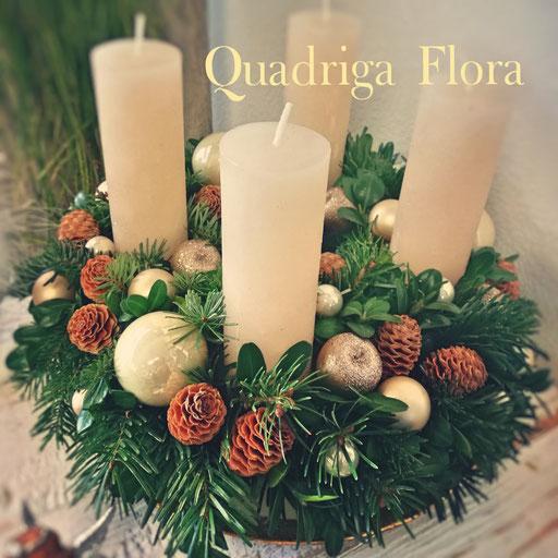 Grosser frischer Kranz für die Adventszeit mit natürlichen Tannenzapfen und weissen Kerzen und weisse Kugeln oder in silber.