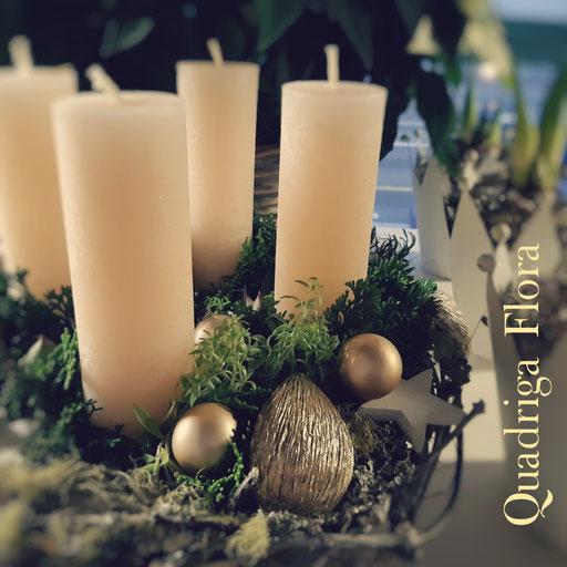 Runder Advents Kranz mit natürlichen Holz mit Kerzen in creme und goldigen Weihnachtskugeln.