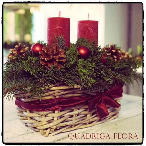 Adventsgesteck in Korb mit roten Weihnachtskugeln