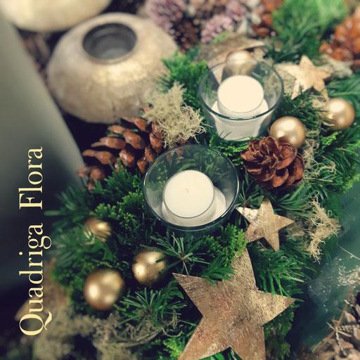 Adventskranz mit goldigem Stern und weisse Kerzen