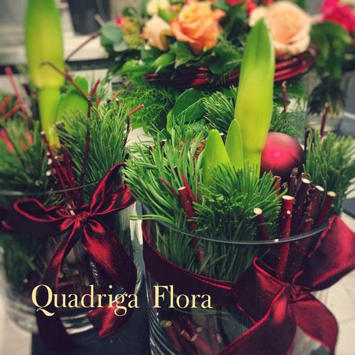 frische Pflanze und Blume in grünem Kranz mit Weihnachtskugeln in rot.