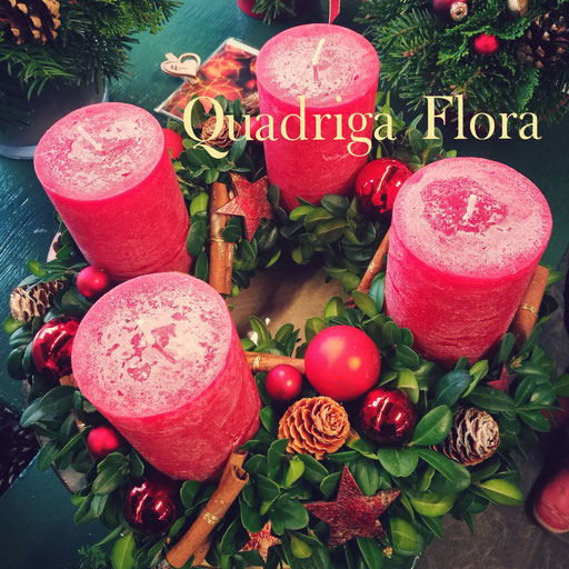 Runder Kranz für den Advent mit breiten roten Kerzen, handgemacht und mit Zimtstangen und roten Kugeln Dekoriert.