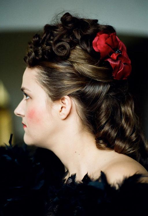 Ende 19. Jhd., Dame des Moulin Rouge - Eigenhaar mit Haarteilen