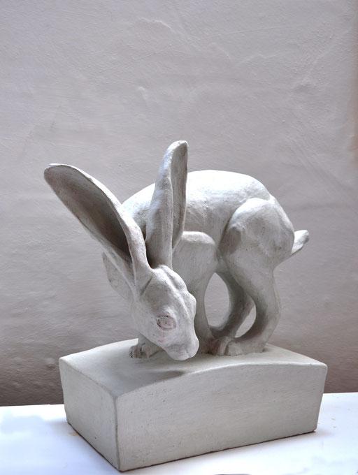 Sichernder Hase  (Keramik bemalt, Pigment, Acryl, 2013)