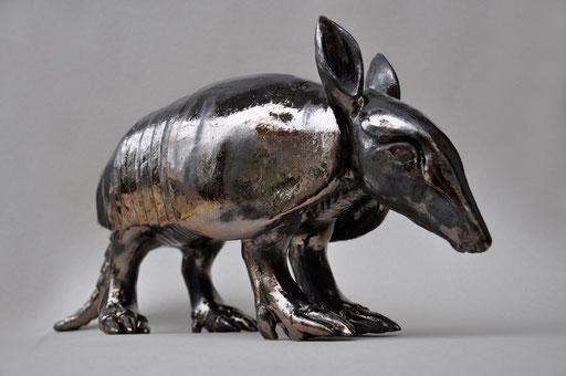 Gürteltier (Keramik glasiert, Goldglasur, 2013)