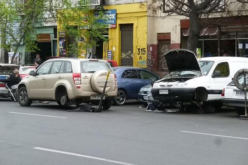Calle 10 de Julio... die Openair Autowerkstatt  Santiagos...