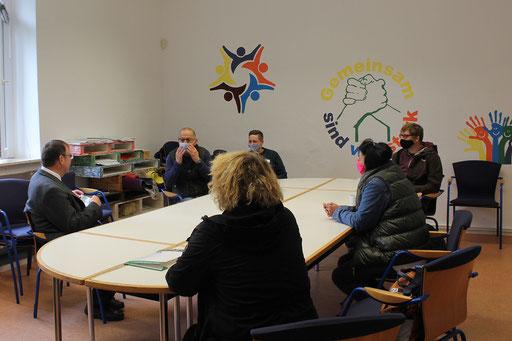 Schulungsteilnehmer aus dem Förderzentrum im Gespräch mit dem Weihbischof