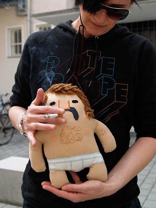 Prototyp für Designer Toy Manni, die Plüschfigur mit Schnauzbart und Feinrippunterhose von Frank Schulz Art, Handmade in Bavaria