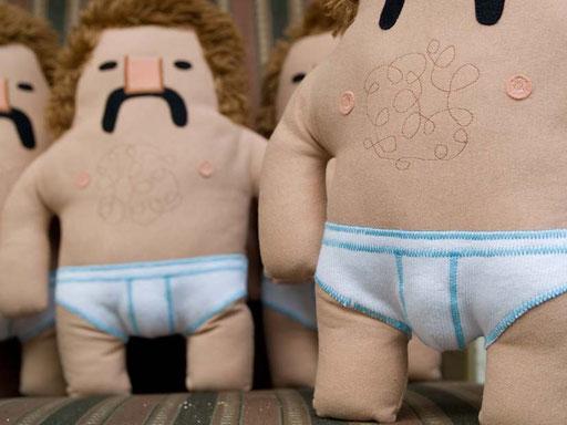 Designer Toy Manni, die Plüschfigur mit Schnauzbart und Feinrippunterhose von Frank Schulz Art ist da, Handmade in Bavaria