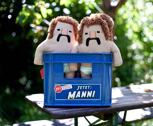 Designer Toy Manni, die Plüschfigur mit Schnauzbart und Feinrippunterhose von Frank Schulz Art kommt gut in der Bierkiste, Handmade in Bavaria