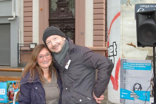 Daniela Horn (ASB Regionalverband Mittelhessen / Projektpartner) und Dr. Matthias Heuberger (IZGS der EHD) freuen sich über die gelungene Senioren-Flashmob-Aktion im Rahmen des IZGS-Projekets GESCCO.  | Foto: IZGS