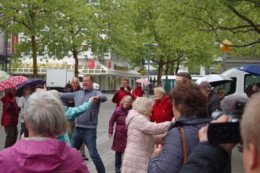 Es darf getanzt werden - Senioren-Flashmob-Aktion im Rahmen des IZGS-Projekets GESCCO. | Foto: IZGS