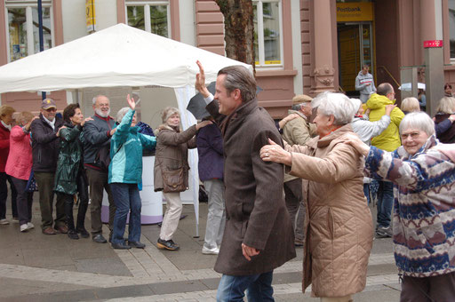 Alle sind verbunden: Offenbachs Oberbürgermeister Dr. Felix Schwenke führt die Senioren-Flashmob-Aktion im Rahmen des IZGS-Projekets GESCCO an. | Foto: IZGS