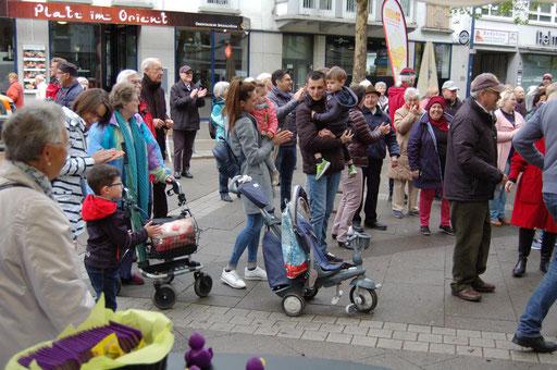 Jung und alt kommen bei der Senioren-Flashmob-Aktion zusammen. | Foto: IZGS