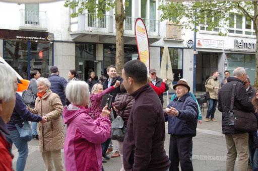 Teilen im Netzwerk - Senioren posten in sozialen Netzwerken Bilder über die Flashmob-Aktion im Rahmen des IZGS-Projekets GESCCO. | Foto: IZGS