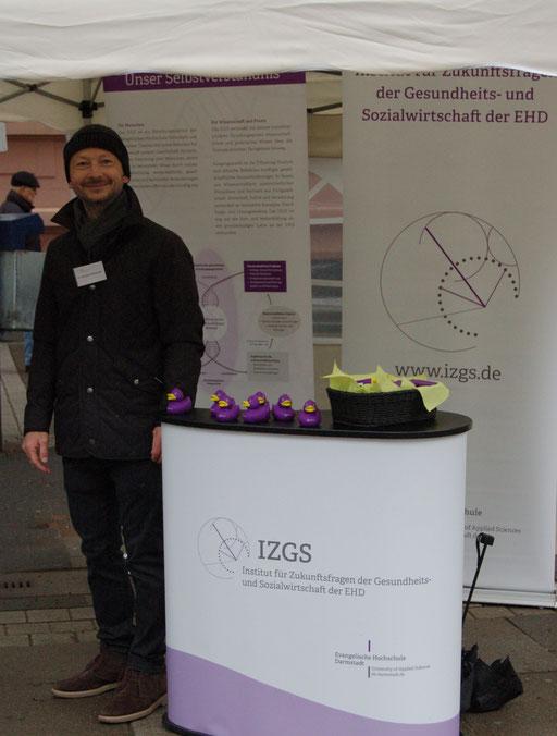 Dr. Matthias Heuberger am Stand des IZGS der EHD bei der Senioren-Flashmob-Aktion im Rahmen des IZGS-Projekets GESCCO.  | Foto: IZGS