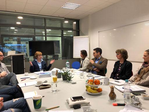 Edda Haack (Leiterin des Diakonischen Werks Darmstadt-Dieburg) berichtet über die historische Entwicklung von Innovationen, die heute zu den normalen Arbeitsfeldern der Sozialen Arbeit gehören | Foto: IZGS