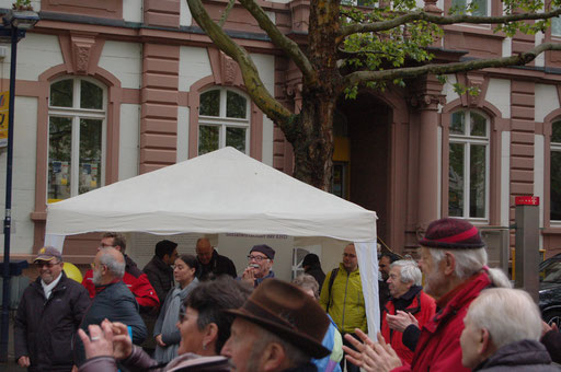 Immer mehr Passanten bleiben auf dem Marktplatz stehen und tanzen bei der Senioren-Flashmob-Aktion mit. | Foto: IZGS