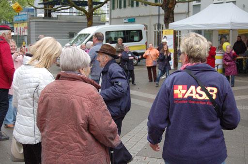 Unser Projektpartner ASB Regionalverband Mittelhessen ist mittendrin bei der Senioren-Flashmob-Aktion.  | Foto: IZGS