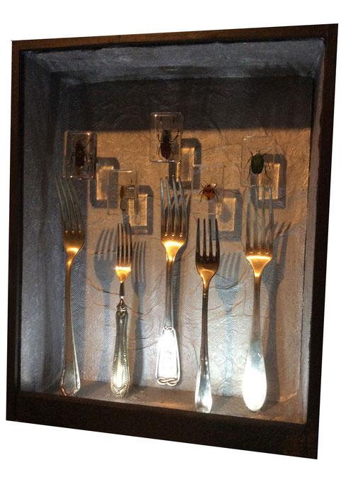 """Appuntamento al 2050: """"in punta di forchetta"""".  Scatola in legno e assemblaggio di oggetti, led."""