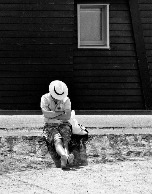 Sieste sous le chapeau