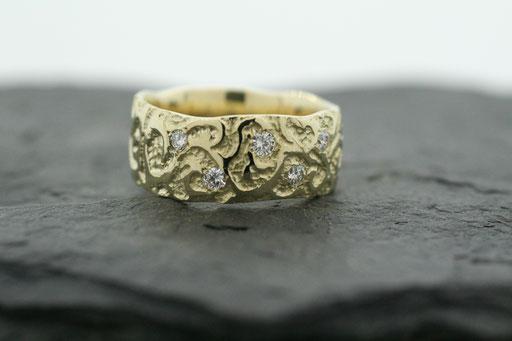 Ring aus Gelbgold mit floralen Ornamenten und Brillanten