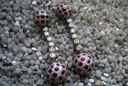 Ohrhänger aus Weißgold mit rubin-besetzten Kugeln und Zwischenstücken aus Brillanten in Zargenfassung