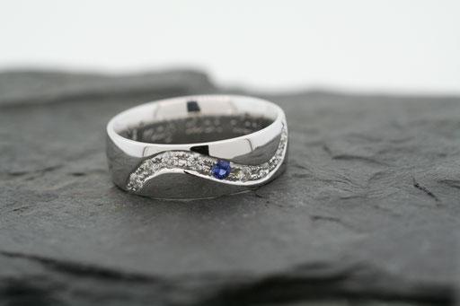 Ring aus Weißgold mit Saphir und Brillanten in Verschnittfassung