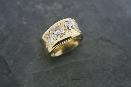 Ring aus Gelbgold mit eingelassenen brillantbesetzten Elefanten