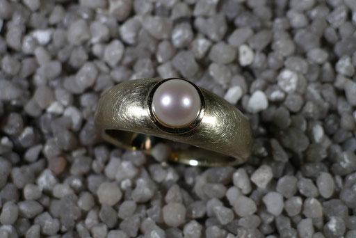 Ring aus Gelbgold mit gecrashter Oberfläche und Zuchtperle in polierter Zargenfassung