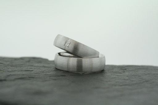 Trauringe / Eheringe aus Weißgold mit gebürsteter Oberfläche