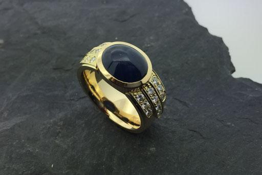 Ring aus Gelbgold mit Saphir-Cabochon und Brillanten