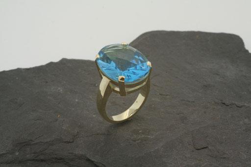 Ring aus Gelbgold mit blauem Topas in Krappenfassung