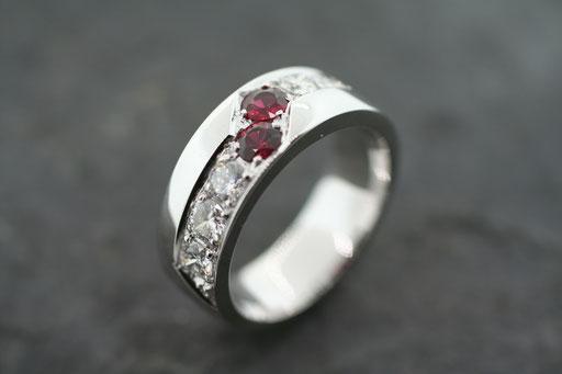 Ring aus Weißgold mit Rubinen und Saphiren